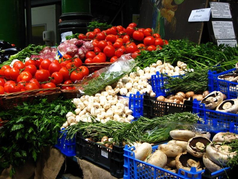 Zeci de producători agricoli controlaţi şi peste 800 de kilograme de legume şi fructe confiscate din pieţele Sectorului 4