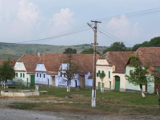 Brașov: Din 2017 turiștii ar putea să nu mai aibă acces cu mașinile în Viscri