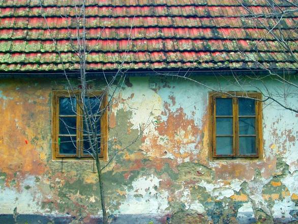 Brașovenii care își lasă casele și terenurile în paragină vor achita dări majorate cu 200%