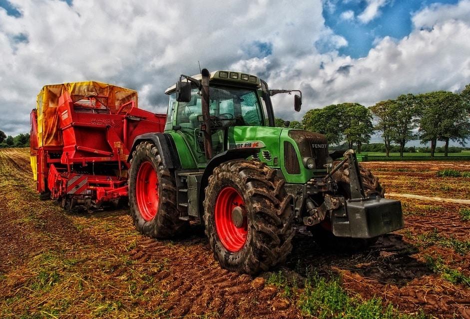 INS: Comerţul cu maşini şi produse agricole a susţinut majorarea cifrei de afaceri din comerţul cu ridicata