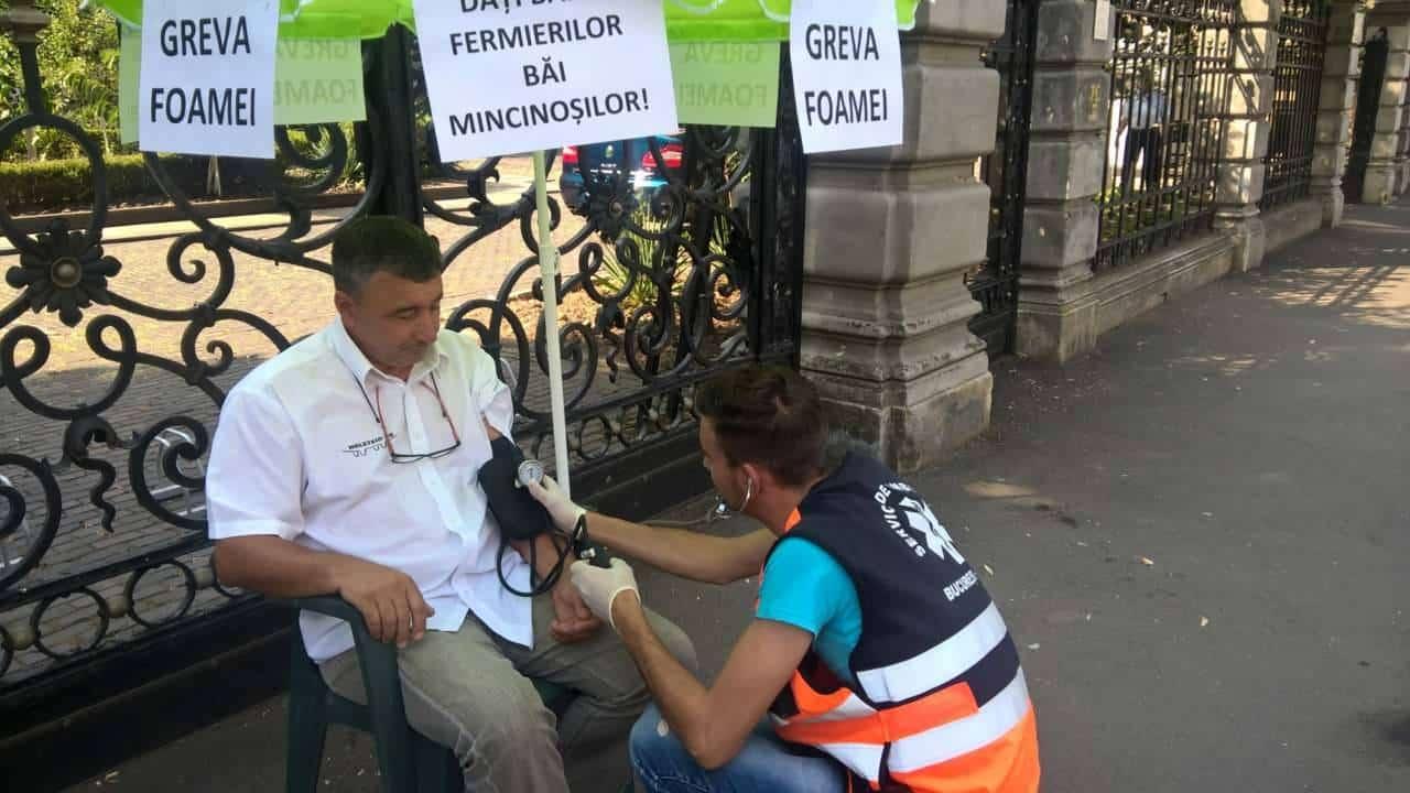 GRAV: 3 fermieri în greva foamei în faţa ministerului. Află ce spun oficialii!
