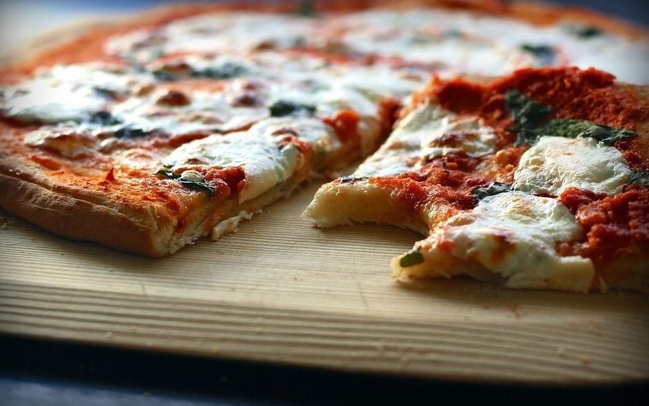 Luați cu pâine! Pizza cu piele de porc, aromă de fum și alte bazaconii